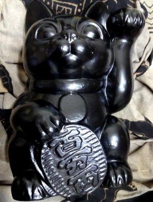 Nantonaku 招き猫の塗り替え下地は白 その上に黒の塗り4回目2