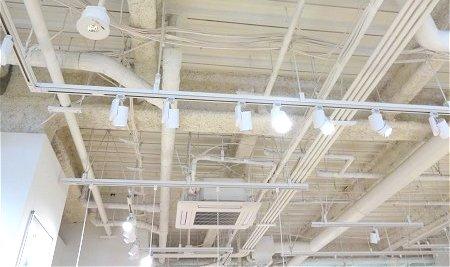 石膏ボードがなきゃこんな感じ フライング・タイガーの店舗の天井