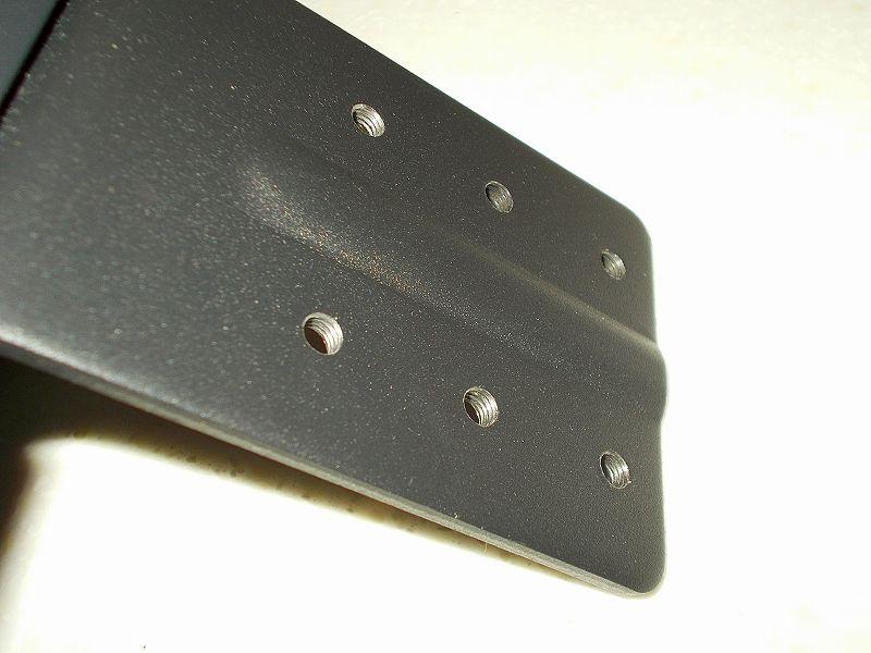 エルゴトロン LX モニターアームのクランプをフレーム付きワークテーブルに固定した時のメモ、エルゴトロン LX モニターアームクランプ - ワークテーブル固定用部品・工具リスト、エルゴトロン LX モニターアーム台座のネジ穴、ネジ溝あり