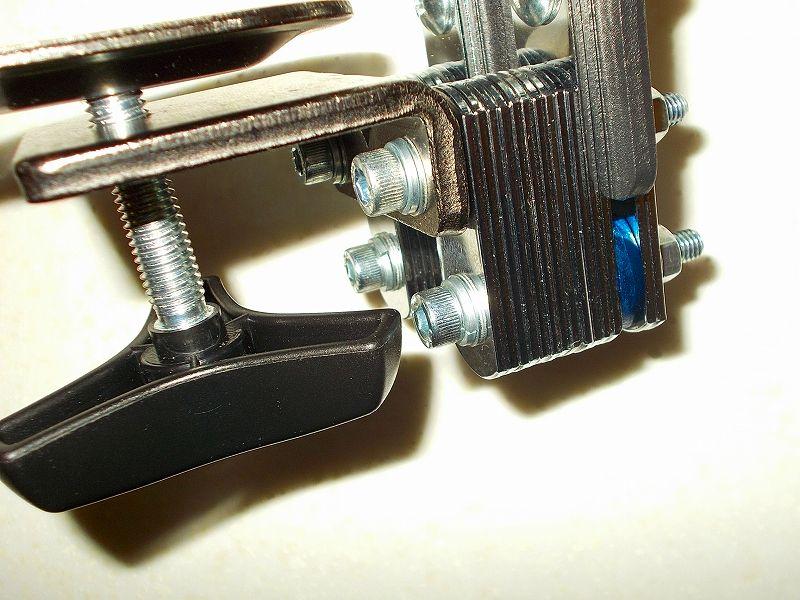 エルゴトロン LX モニターアームのクランプをフレーム付きワークテーブルに固定した時のメモ、エルゴトロン LX モニターアームクランプ - ワークテーブルへクランプ取付固定、エルゴトロン LX モニターアーム台座に各種ネジ・部品・金具を使ってクランプを固定、クランプハンドルを回して締めたときの最下段にある六角穴付ボルト 半ネジ M6×50 B730-0650 とのクリアランス、干渉回避