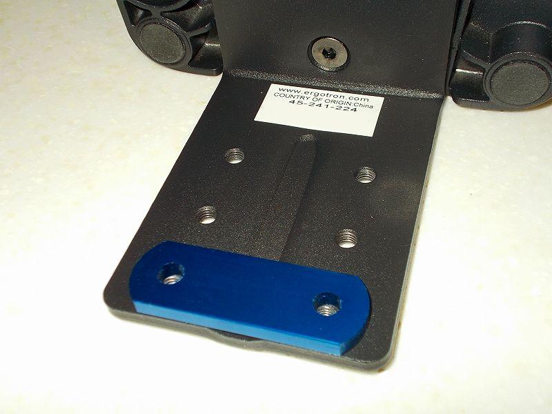 エルゴトロン LX モニターアームのクランプをフレーム付きワークテーブルに固定した時のメモ、エルゴトロン LX モニターアームクランプ - ワークテーブル固定用部品・工具リスト、キタコ アルミステー 20-02型 5mm 厚 ブルー 529-0501022、エルゴトロン LX モニターアーム台座ネジ穴位置に合わせてキタコ アルミステー 20-02型 5mm 厚 ブルー 529-0501022 を置いたところ