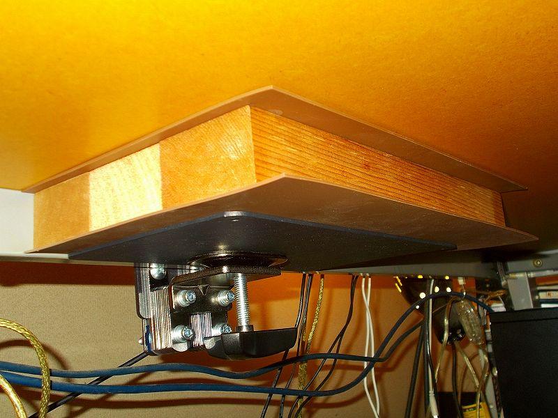 エルゴトロン LX モニターアームのクランプをフレーム付きワークテーブルに固定した時のメモ、エルゴトロン LX モニターアームクランプ - ワークテーブルへクランプ取付固定、ワークテーブル天板裏にレッドシダーカット材と光 エラストマーゴム板 EG2-71 2枚、HUANUO モニターアーム補強プレートをモニターアームクランプの間に設置