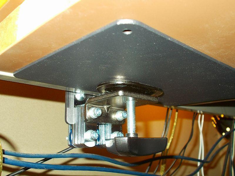 エルゴトロン LX モニターアームのクランプをフレーム付きワークテーブルに固定した時のメモ、エルゴトロン LX モニターアームクランプ - ワークテーブルへクランプ取付固定、ワークテーブル天板裏にレッドシダーカット材と光 エラストマーゴム板 EG2-71 2枚、HUANUO モニターアーム補強プレートをモニターアームクランプの間に配置