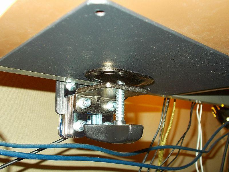 エルゴトロン LX モニターアームのクランプをフレーム付きワークテーブルに固定した時のメモ、エルゴトロン LX モニターアームクランプ - ワークテーブルへクランプ取付固定、ワークテーブル天板裏にレッドシダーカット材と光 エラストマーゴム板 EG2-71 2枚、HUANUO モニターアーム補強プレートをモニターアームクランプで固定