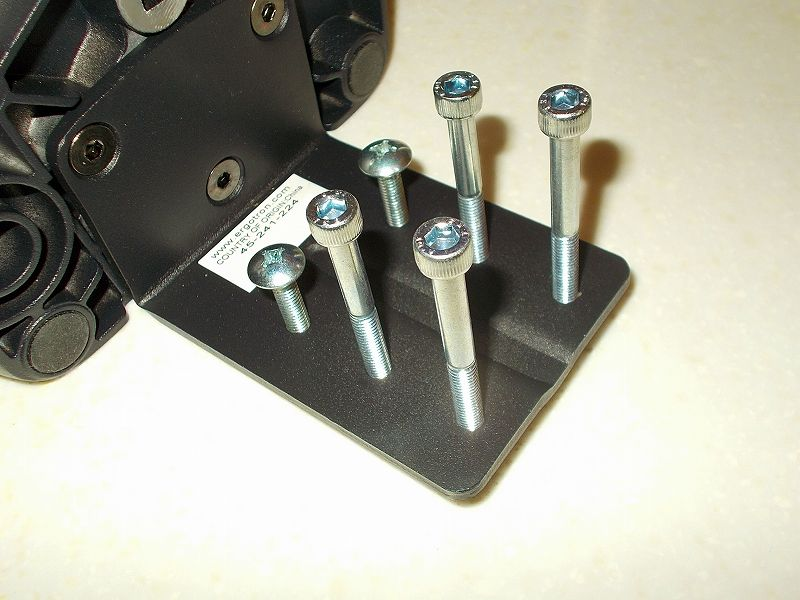 エルゴトロン LX モニターアームのクランプをフレーム付きワークテーブルに固定した時のメモ、エルゴトロン LX モニターアームクランプ - ワークテーブル固定用部品・工具リスト、サイズ M6 ネジ・ボルトをエルゴトロン LX モニターアームクランプ台座ネジ穴にネジ締めしたところ