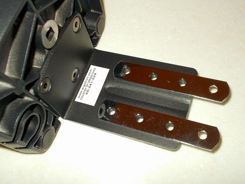 エルゴトロン LX モニターアームのクランプをフレーム付きワークテーブルに固定した時のメモ、エルゴトロン LX モニターアームクランプ - ワークテーブル固定用部品・工具リスト、トラスコ ジョイント金具 19型フラット クロム 長さ100 穴数4 TK19F4C、エルゴトロン LX モニターアーム台座ネジ穴位置に合わせてトラスコ ジョイント金具 19型フラット クロム TK19F4C を置いたところ