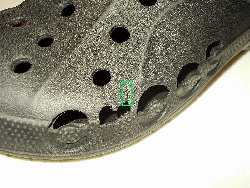 クロックス(バヤ)のリベット(ベルト・ストラップ留め具)の修理とメンテナンスをやってみました、ヒールストラップのリベット(留め具)穴部分が大きく裂けたクロックス(バヤ)をロックタイト瞬間接着剤ピンポインターで接着修理、ロックタイト LOCTITE 強力瞬間接着剤 ピンポインター ゼリー状 LPJ-005 でクロックス(バヤ)左足小指部分(r 部分)の裂けたゴム個所を接着