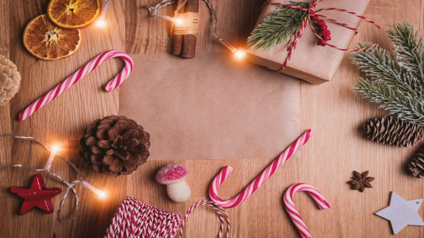 Christmas-decorations-on-a-table