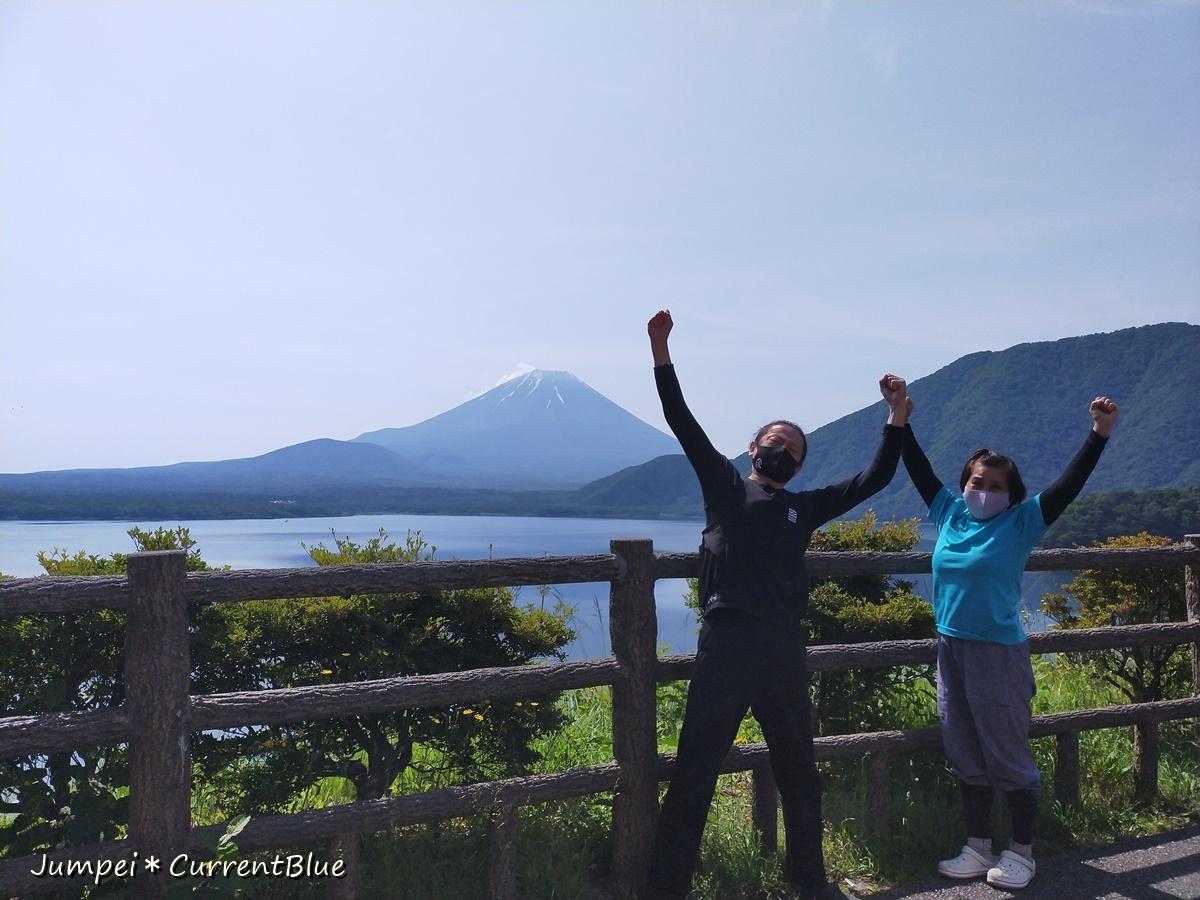 3本栖湖と富士山