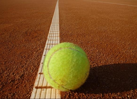 テニスボールとクレーコート_フリー素材