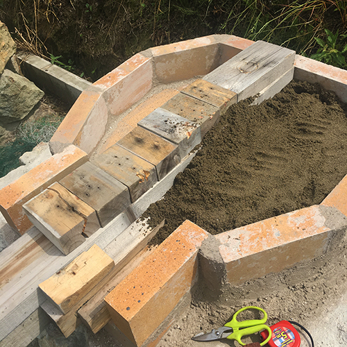 【DIY】畑にピザ窯とコンロを作る!⑤ ~ピザ窯のドームは耐火セメントで作る~④