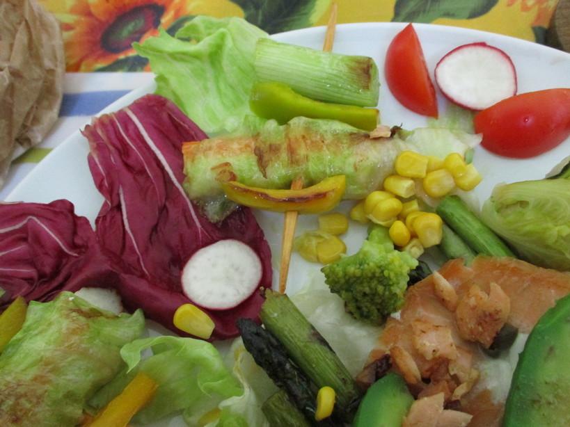 asparagi_salmone_avocado_medamayaki_surimi_con_latuga_a_spiedine5_210419