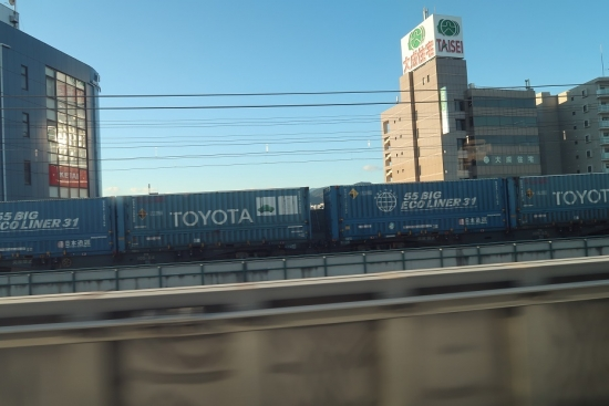 新幹線の車窓から貨物列車桃太郎