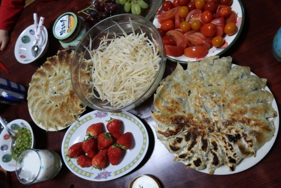 焼き餃子、ゆでもやし、トマト、イチゴ、キムチ、ビール