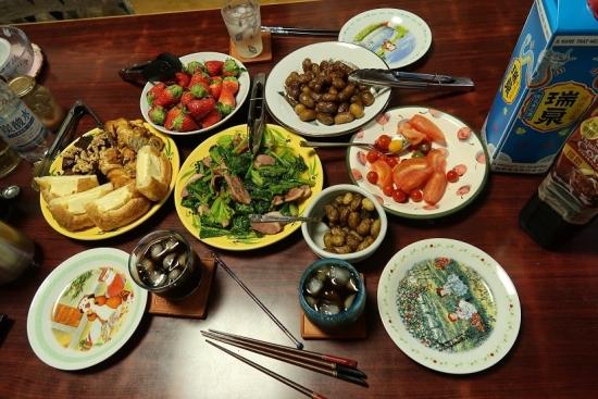 パン、イチゴ、トマト、揚げジャガ、ほうれん草と合鴨燻製炒め、泡盛り珈琲