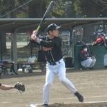 3回表、岡が適時三塁打を放つ