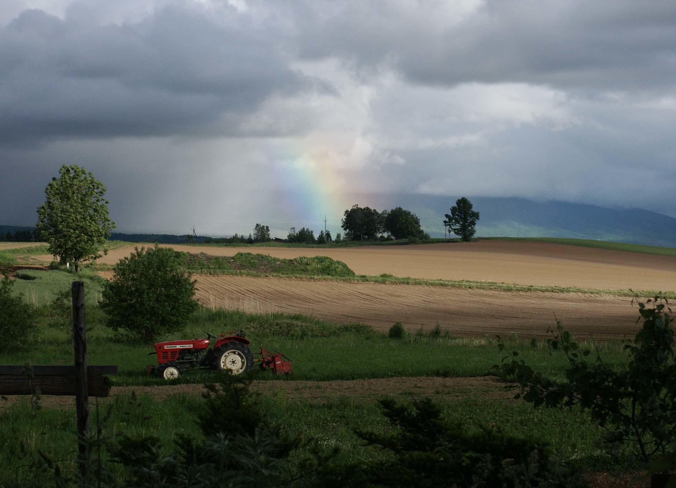 富良野 虹とトラクター 遠景-2-3