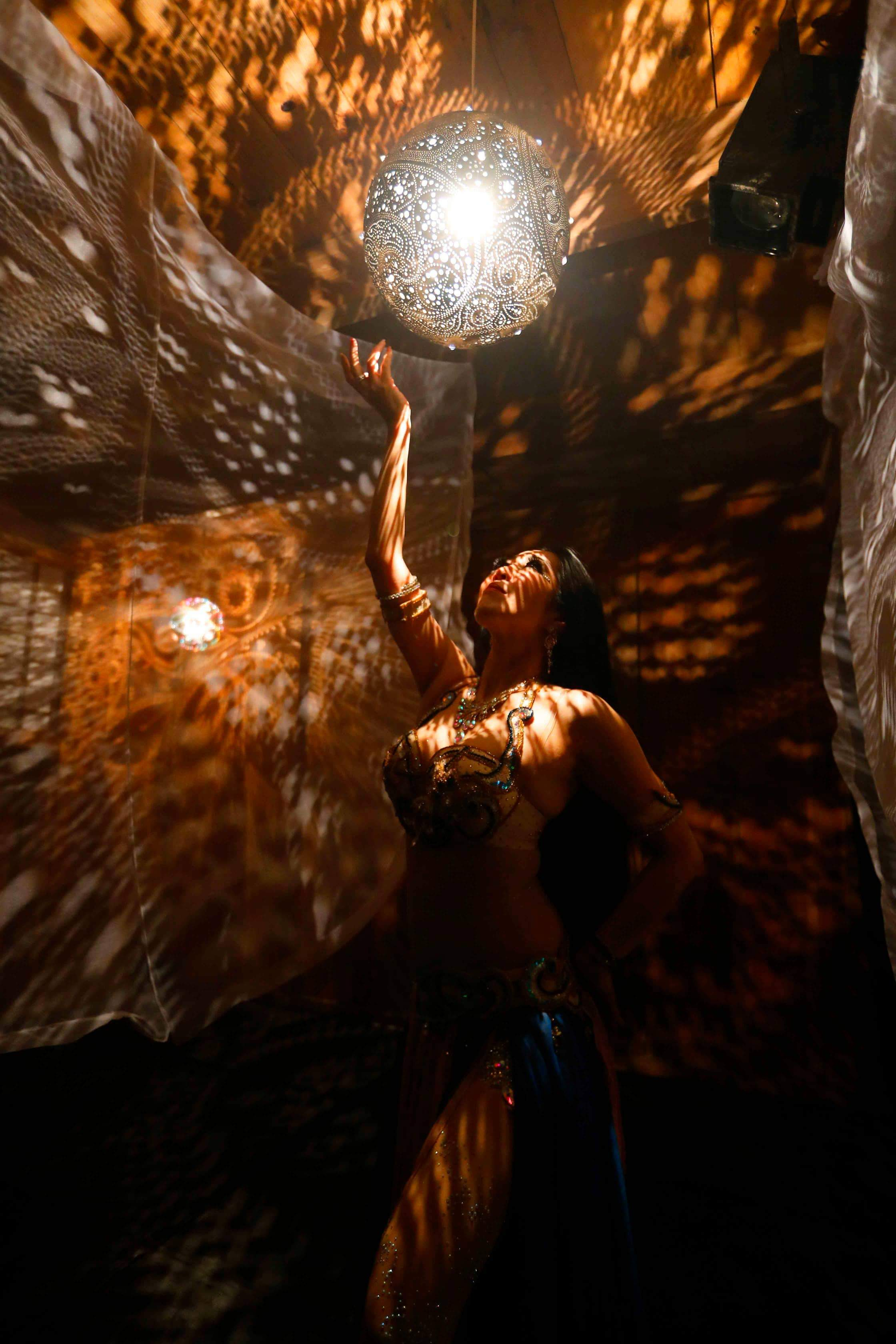bellydanceshow_underthelight