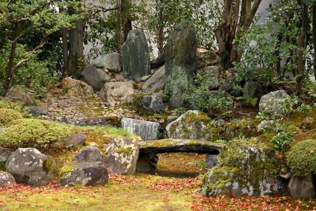 本法寺庭園・枯滝と石橋
