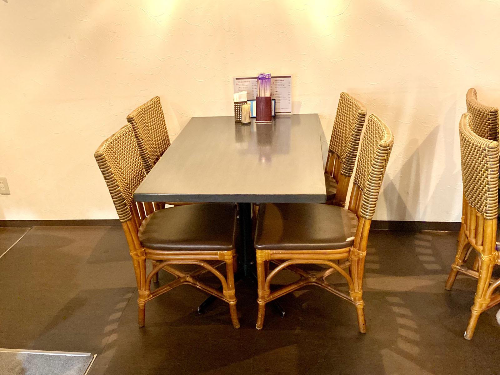 ガブマル食堂 テーブル席