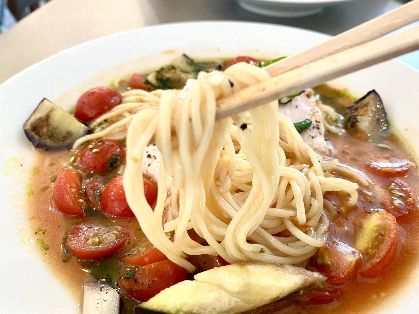 トマトと大葉の冷しらーめん 980円(麺リフト)