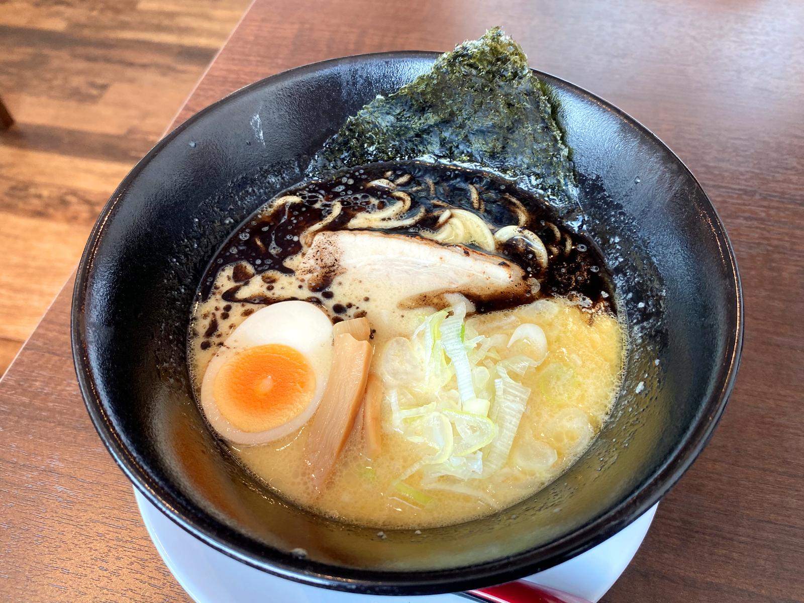 鶏白湯ラーメン黒 650円