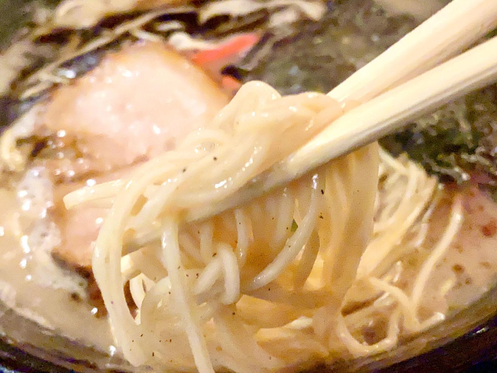 黒 ニンニク焦がし脂を加えた豚骨 720円(+税)、麺リフト