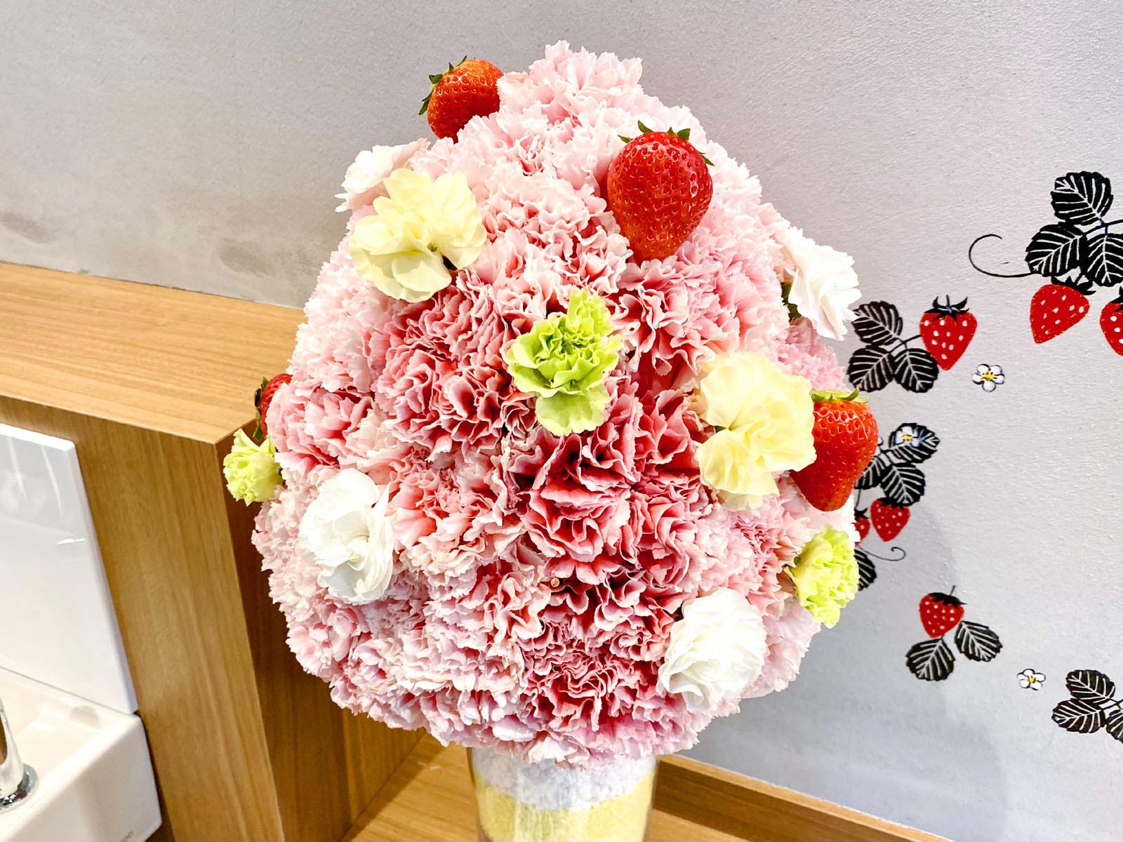 うふ、いちご。店内カウンターテーブル上花飾り
