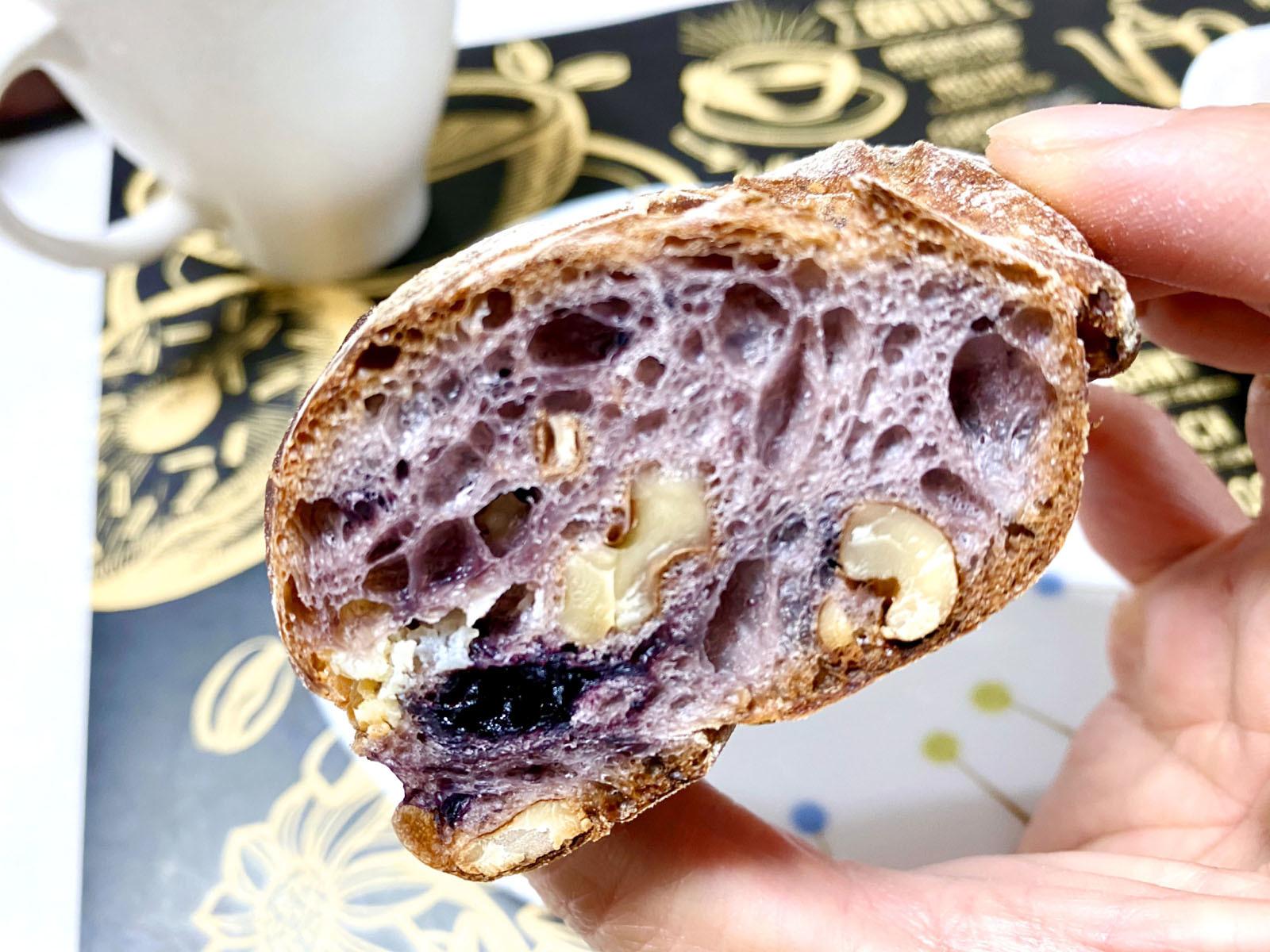 パン・ド・ロデヴ ブルーベリークリームチーズ 380円+税(断面)