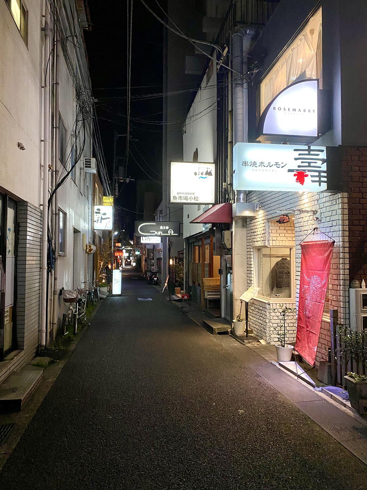 魚市場小松01 店舗前の通り