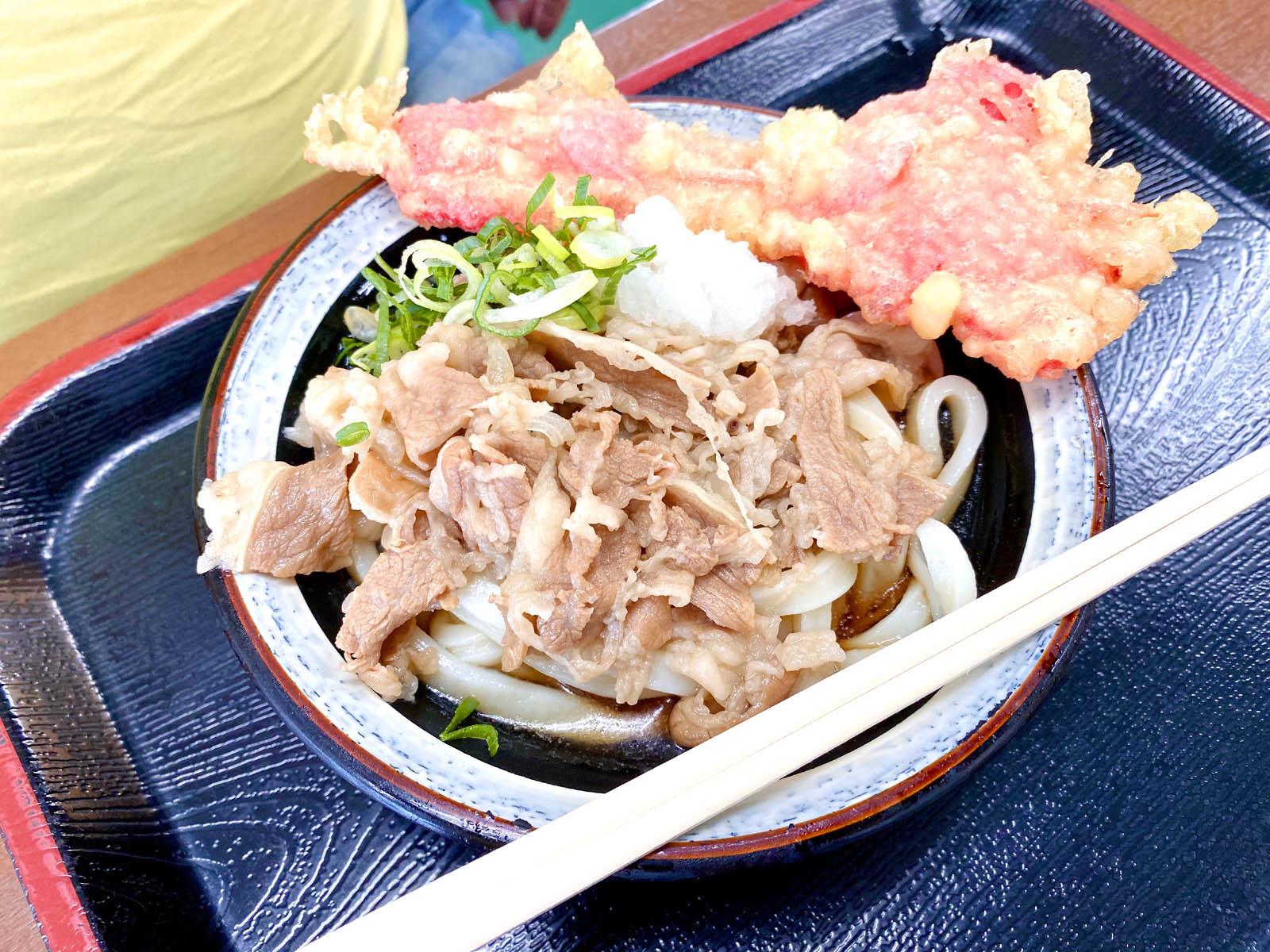 肉ぶっかけ 冷・小 450円、紅生姜天 50円