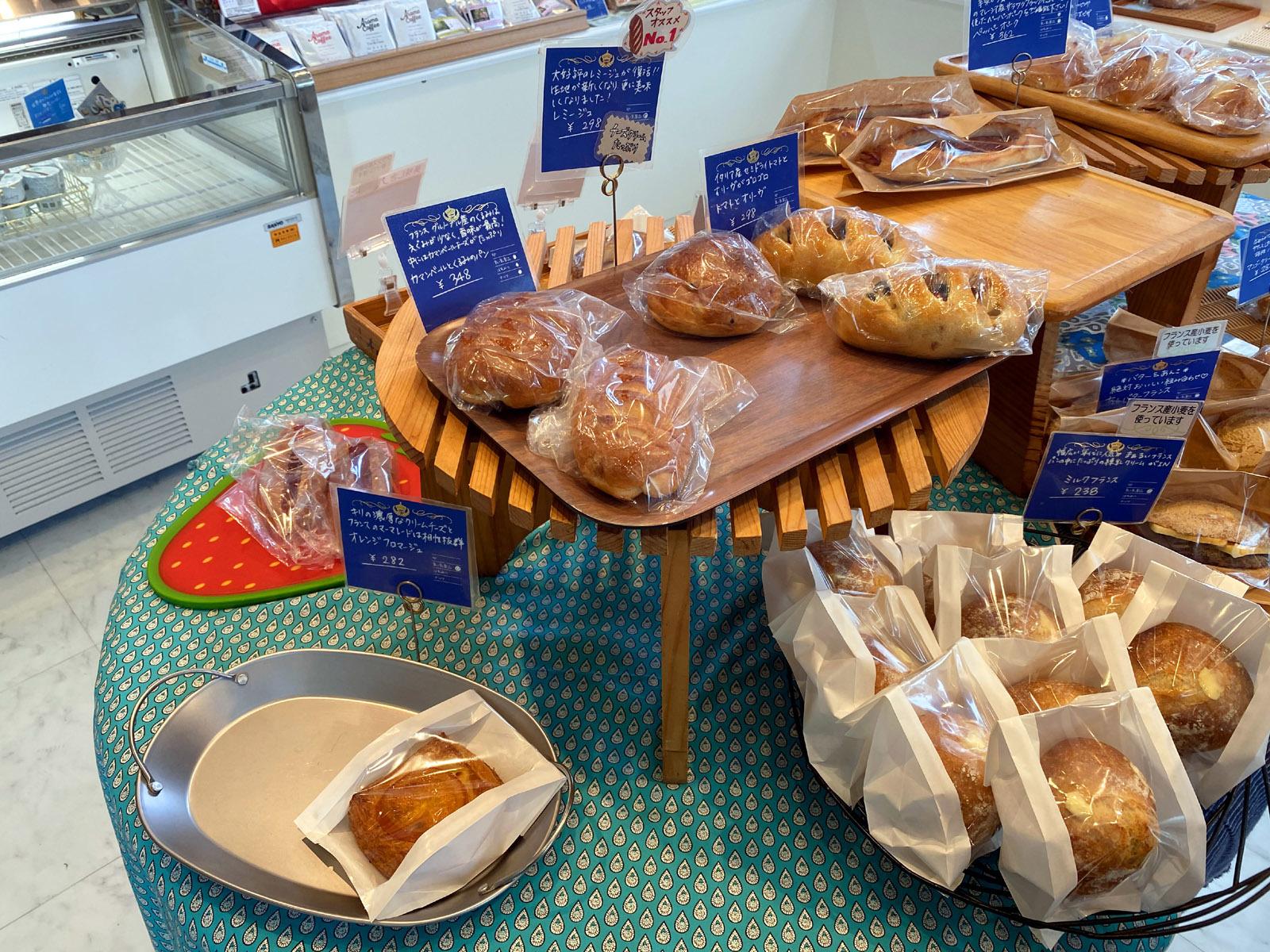 売り場の中央に並べられたパン