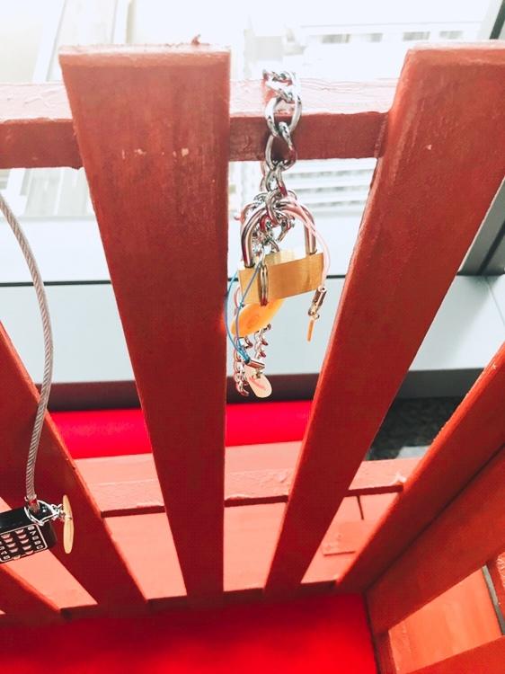 凪の橋の欄干と鍵