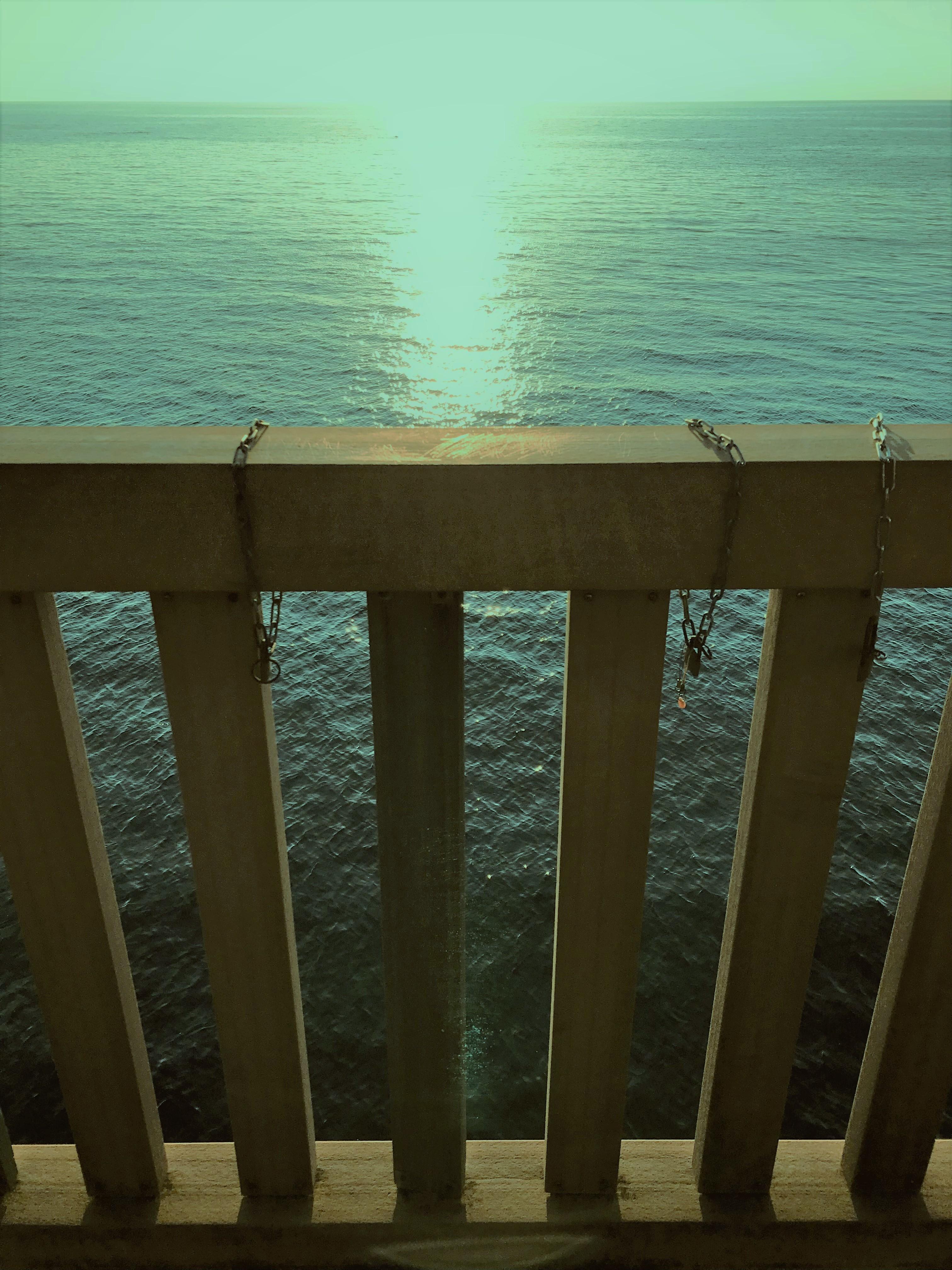 夕凪の橋欄干に鎖