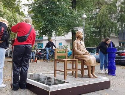 ドイツの首都ベルリンの中心部に韓国系市民団体が慰安婦像を設置 … ドイツの慰安婦像は3体目。今回は関係機関の許可を得て、初めて公共の場に設置される