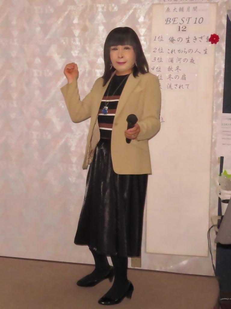 ベージュジャケットでカラオケ(1)