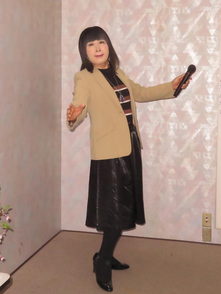 ベージュジャケットでカラオケ(2)