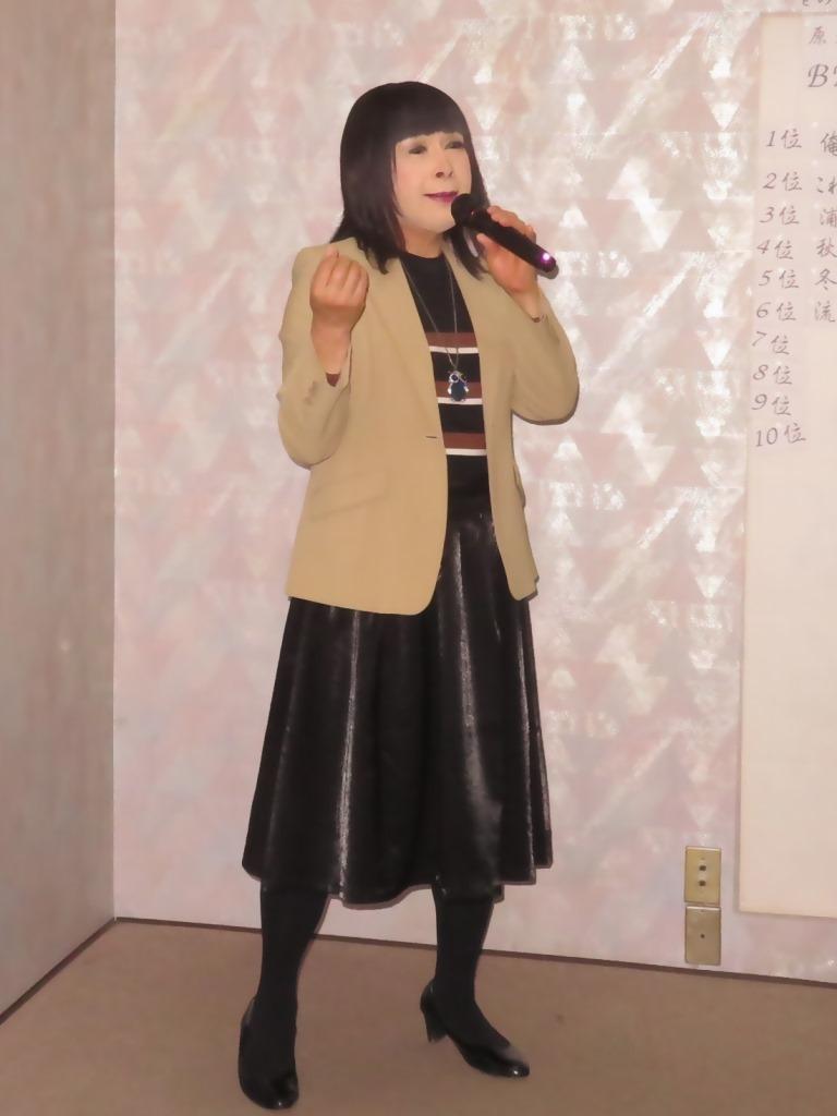ベージュジャケットでカラオケ(4)