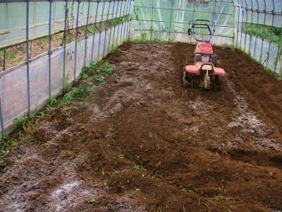 200928石灰・肥料も巻いて耕運