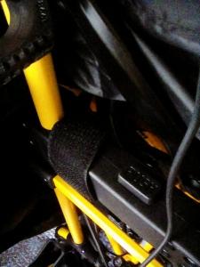 タイヤごと荷受けに縛り上げる