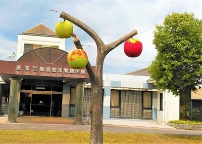 2021 5 モニュメント リンゴ安曇川交流センター