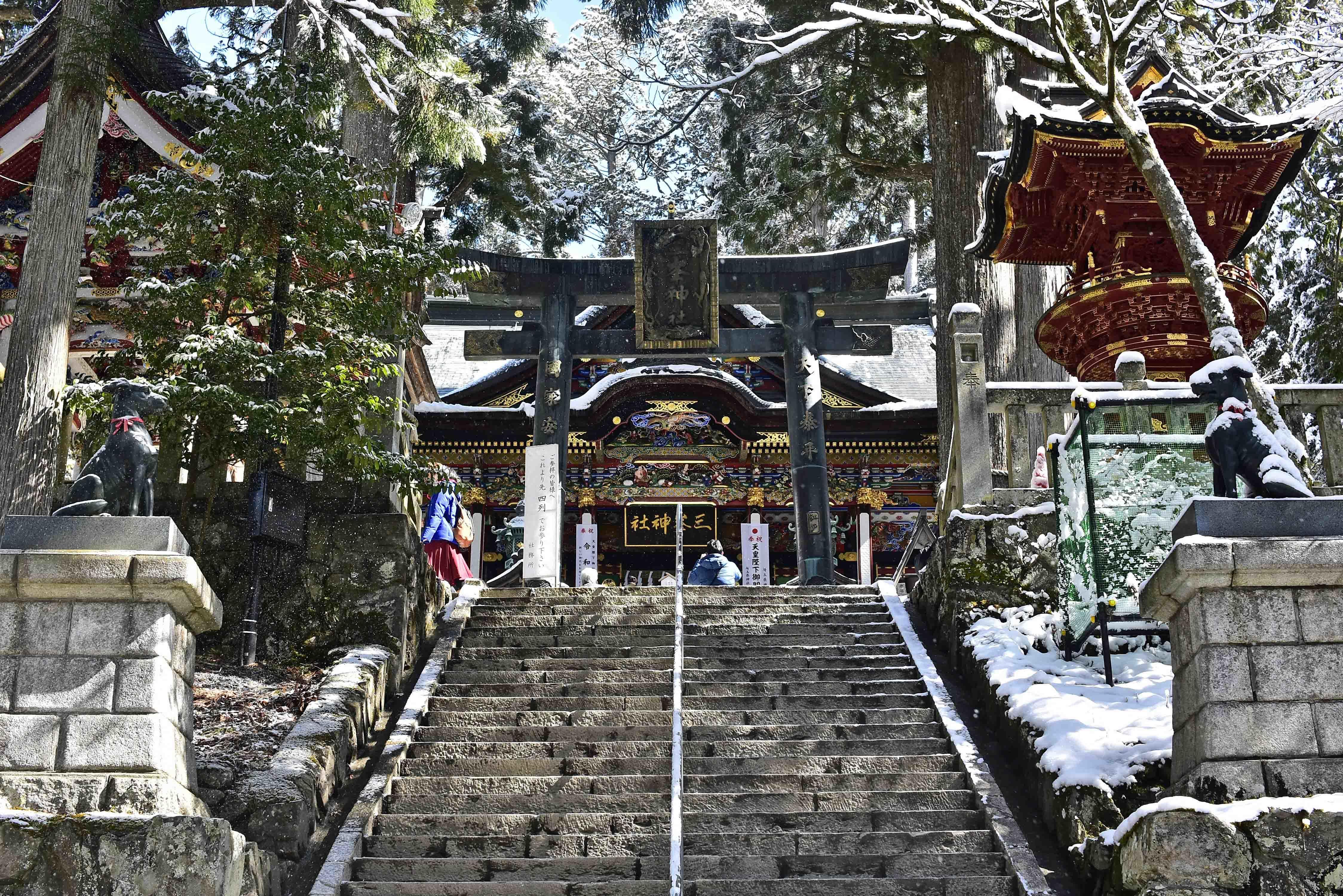 三峯神社拝殿へ